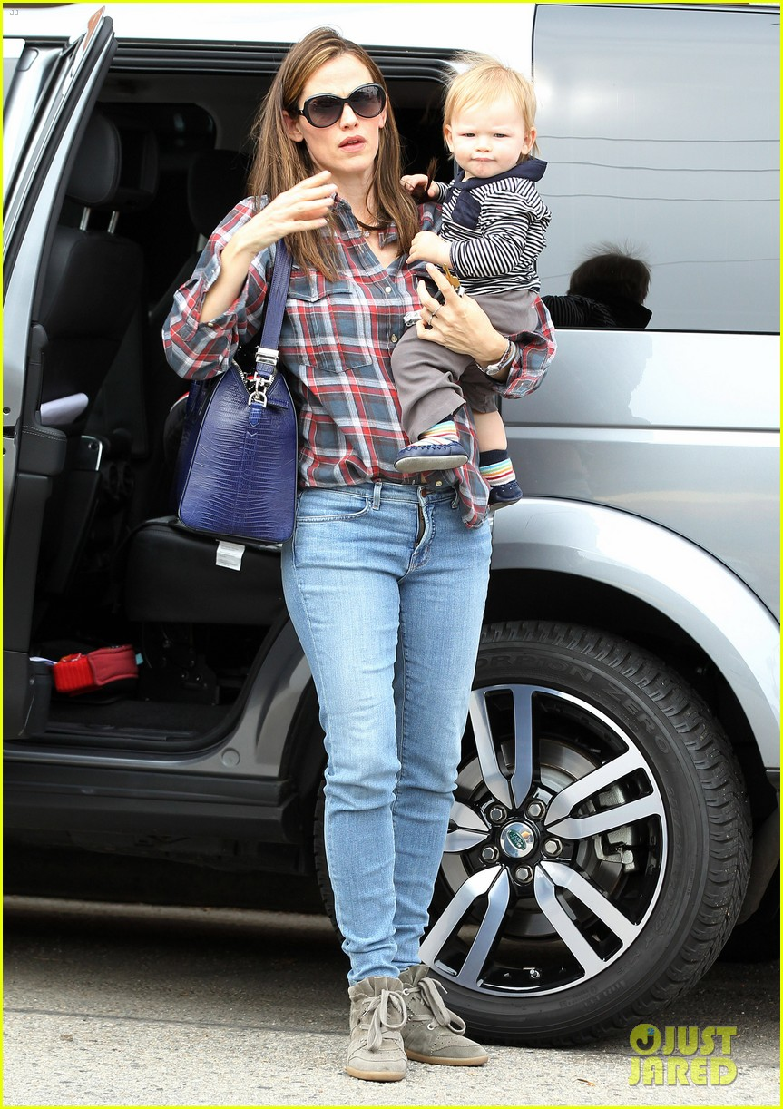 jennifer garner has her hands full with seraphina samuel 122826532