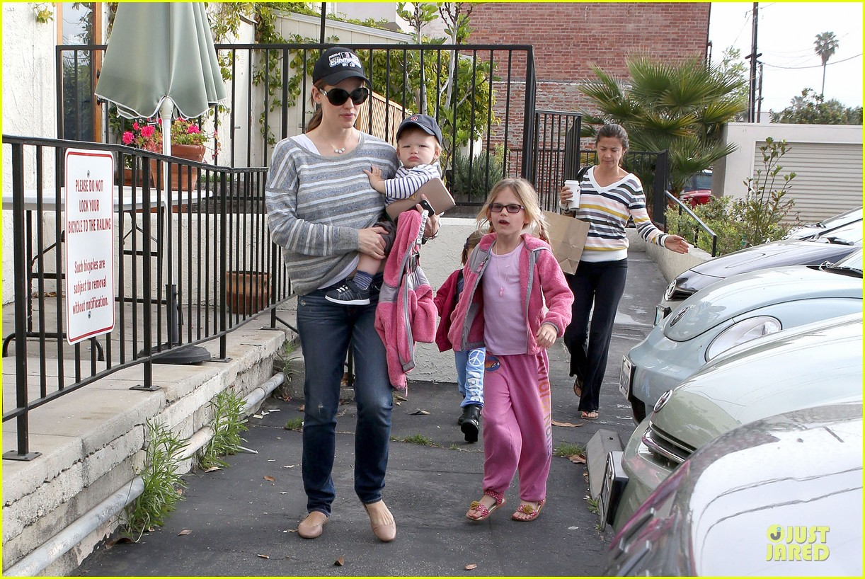 jennifer garner huckleberry breakfast with the kids 07