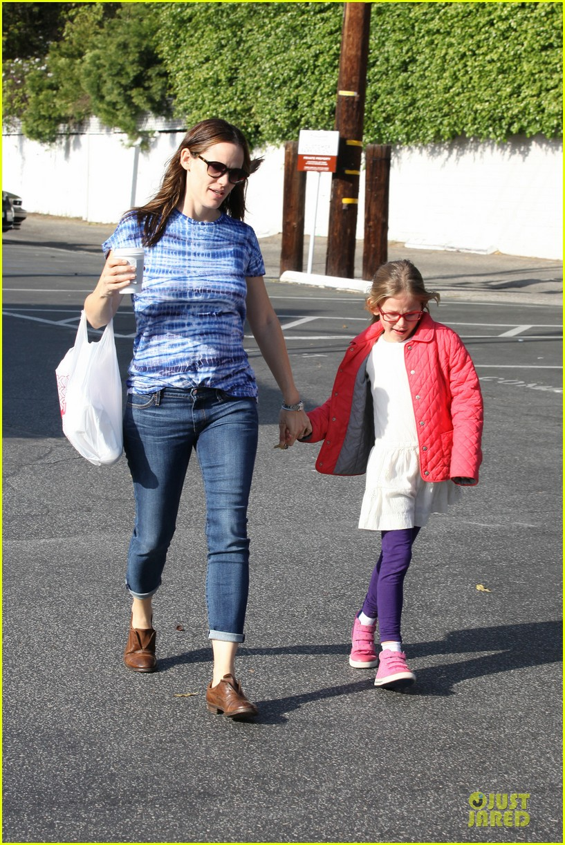jennifer garner sepate brentwood country mart stops with the girls 01
