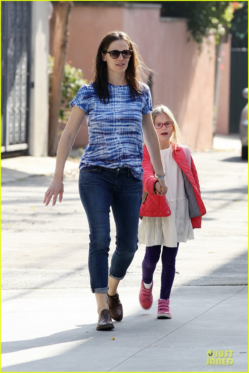 jennifer garner sepate brentwood country mart stops with the girls 022825834