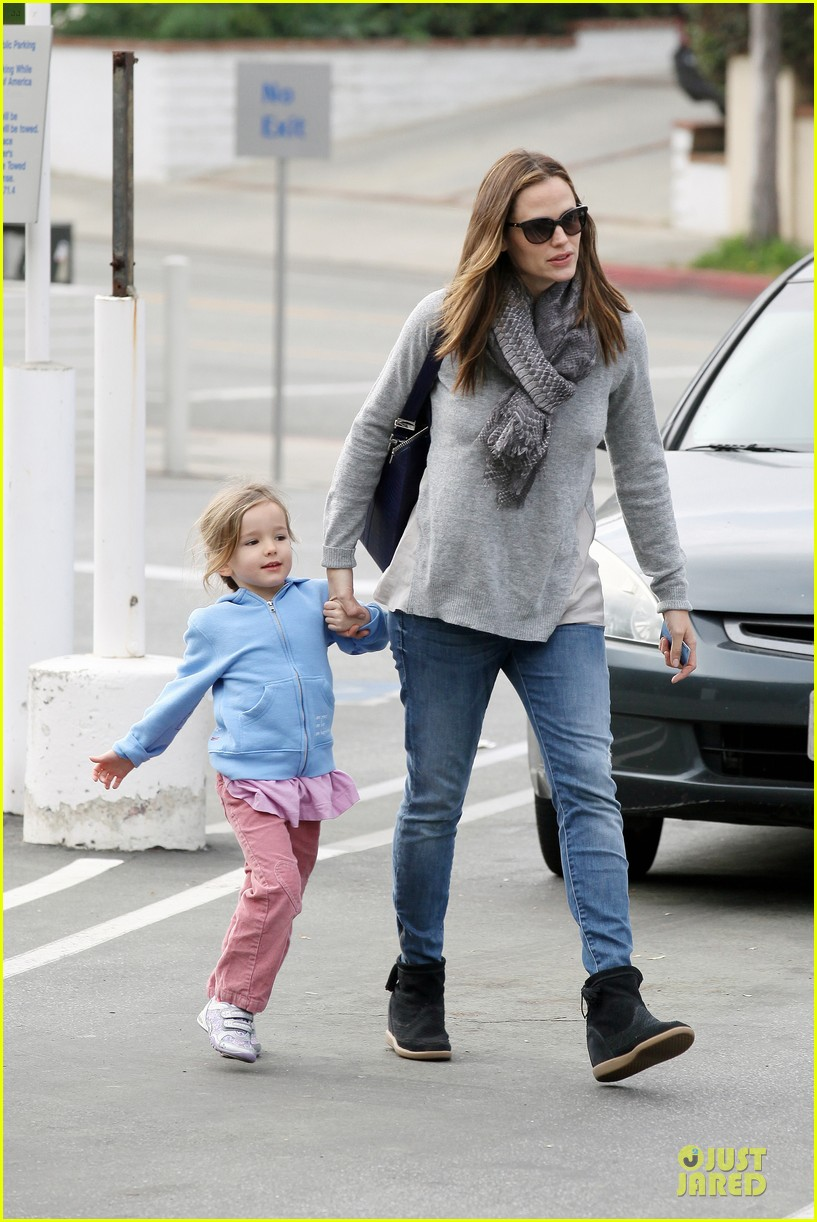 jennifer garner sepate brentwood country mart stops with the girls 072825839