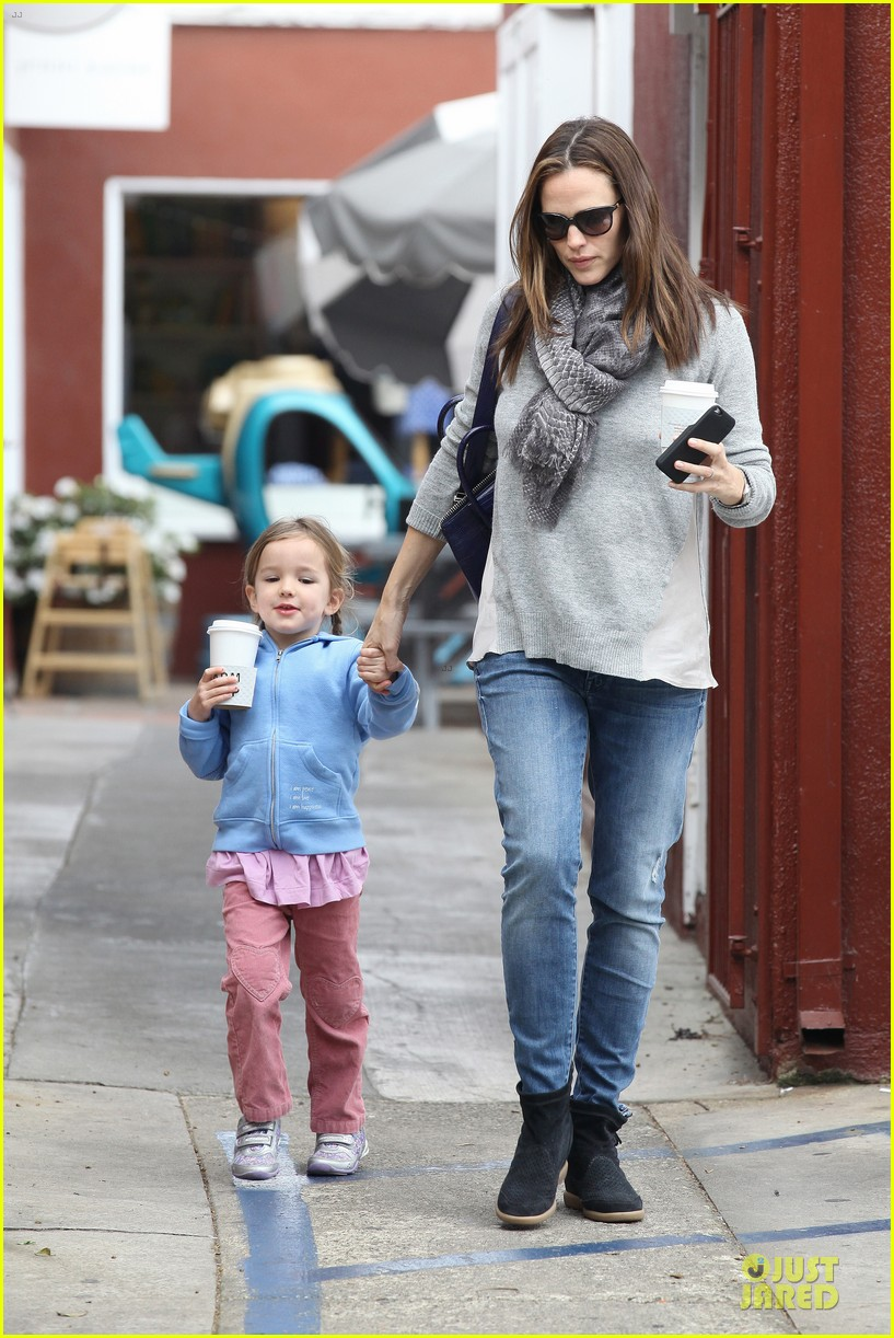 jennifer garner sepate brentwood country mart stops with the girls 09