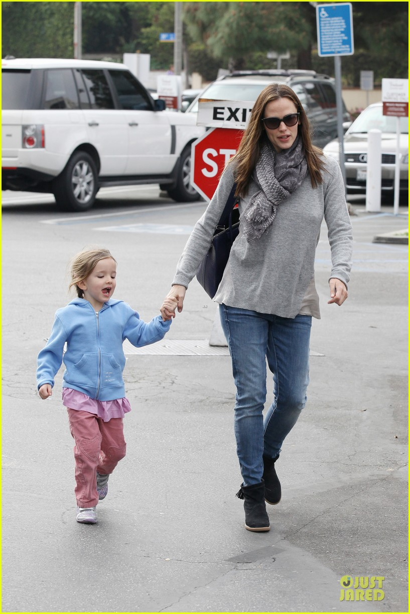jennifer garner sepate brentwood country mart stops with the girls 102825842