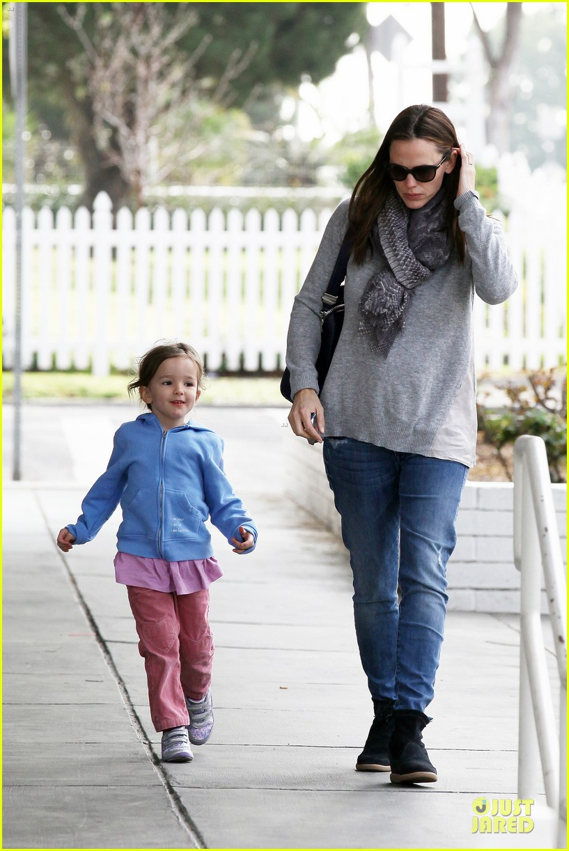 jennifer garner sepate brentwood country mart stops with the girls 11