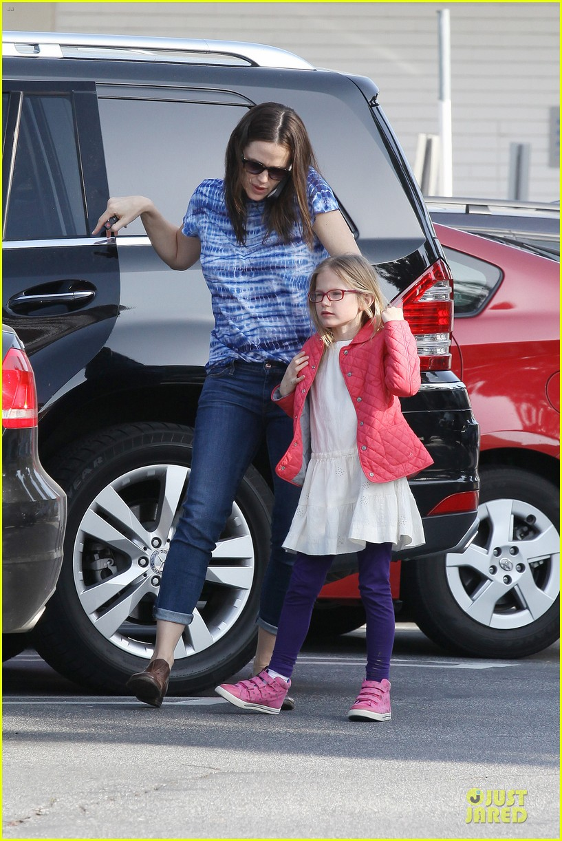 jennifer garner sepate brentwood country mart stops with the girls 19