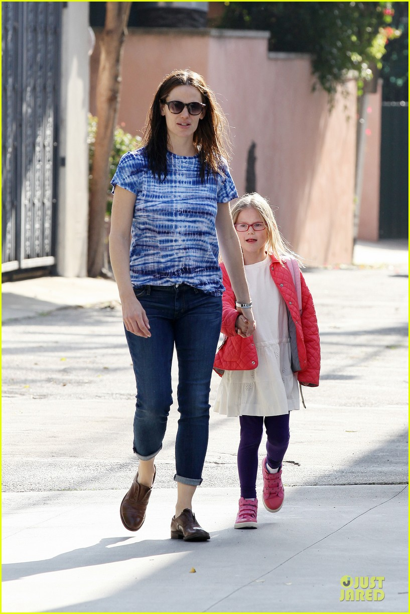 jennifer garner sepate brentwood country mart stops with the girls 202825852