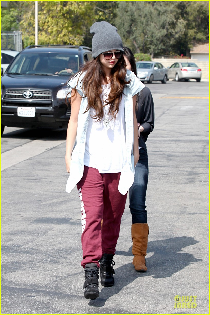 selena gomez frozen yogurt with a gal pal 01