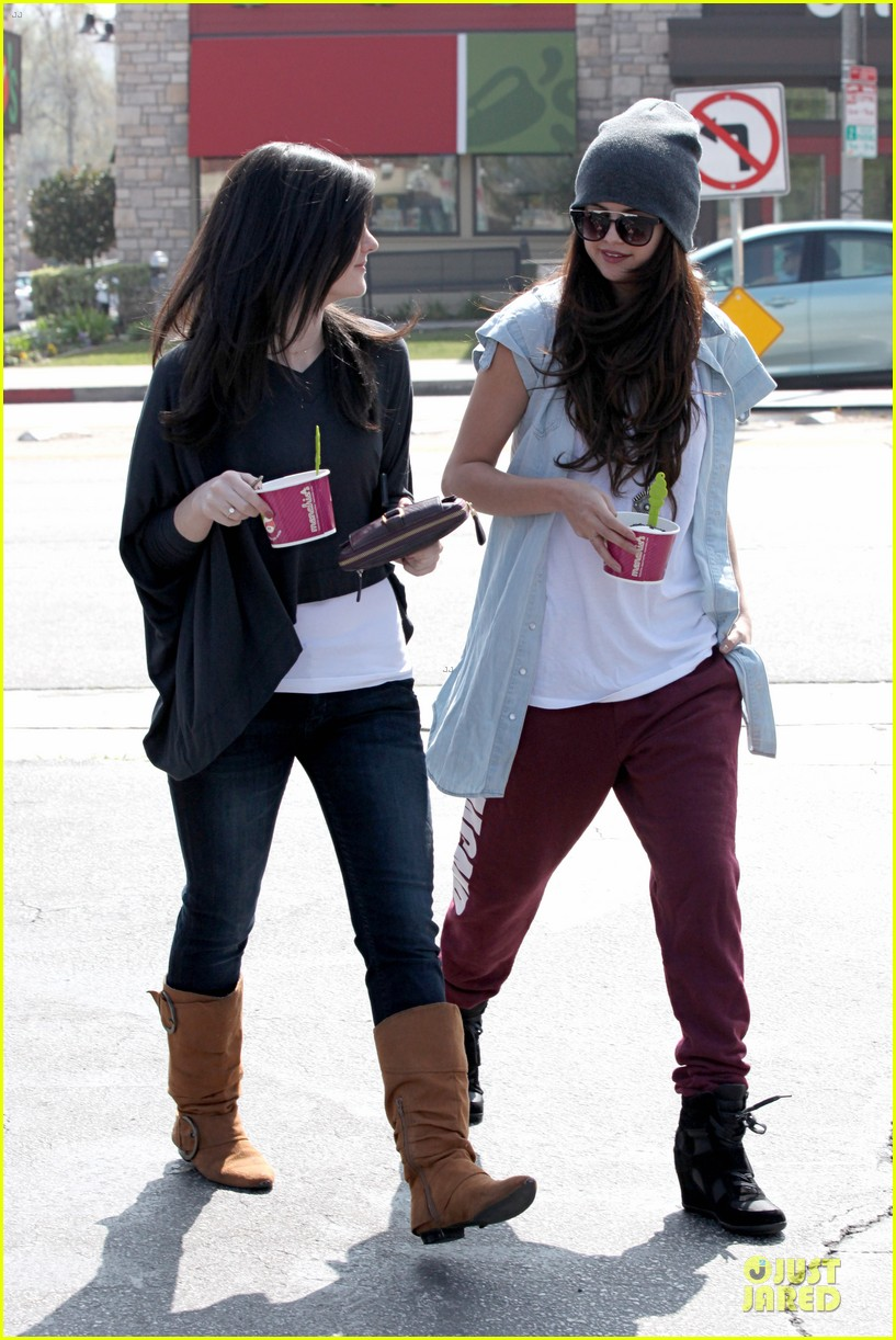selena gomez frozen yogurt with a gal pal 03