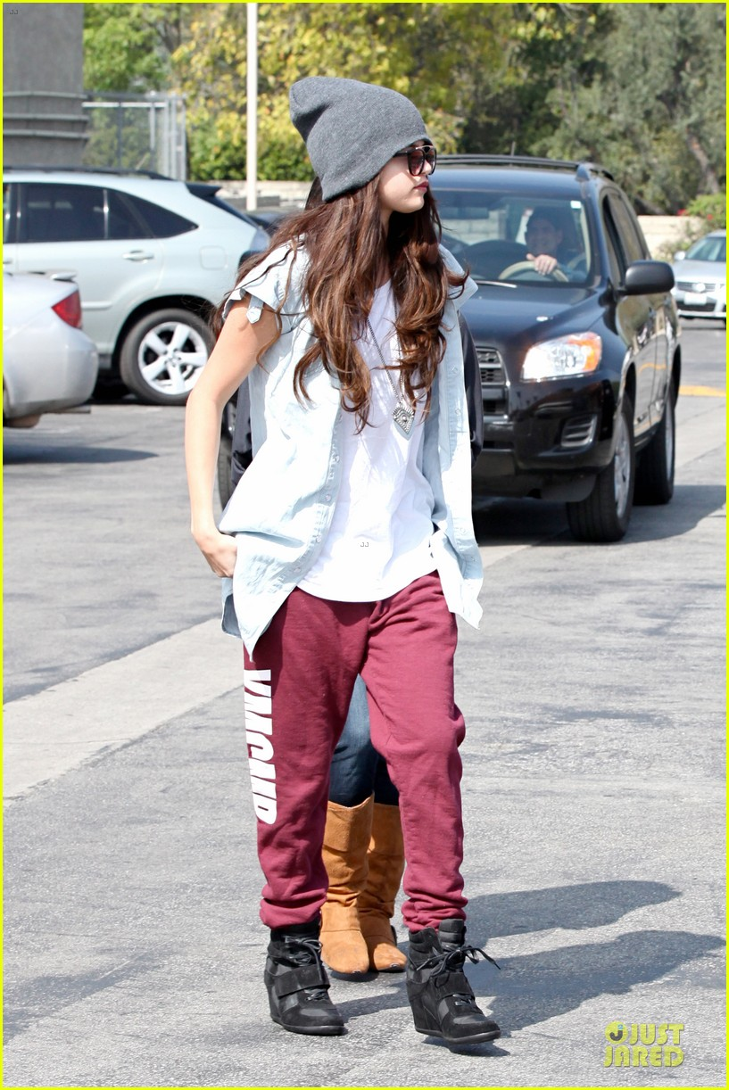 selena gomez frozen yogurt with a gal pal 102825620
