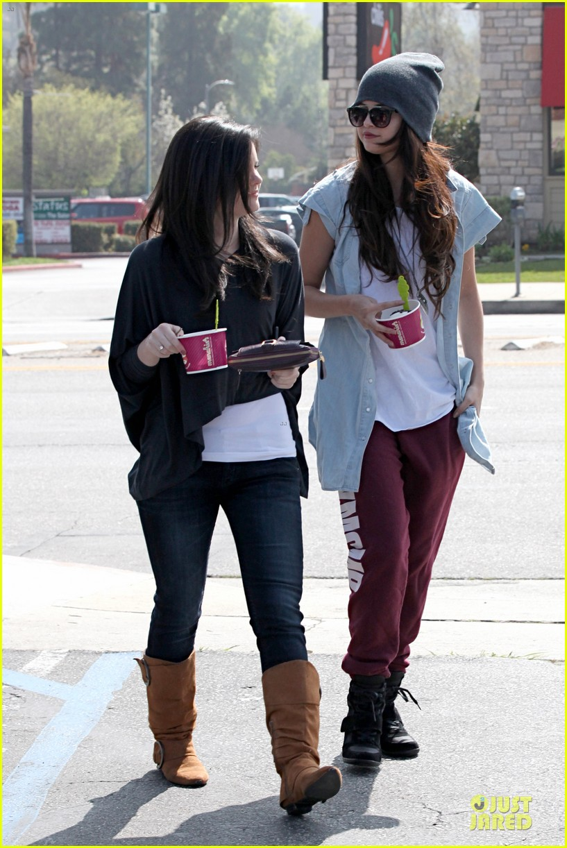 selena gomez frozen yogurt with a gal pal 12