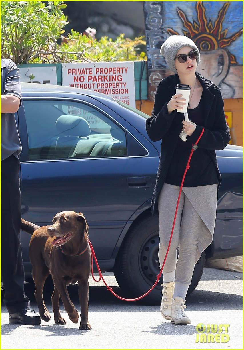 anne hathaway whole foods shopper 092833382