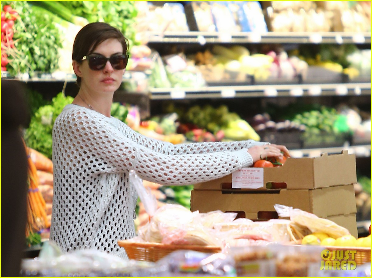 anne hathaway whole foods shopper 26