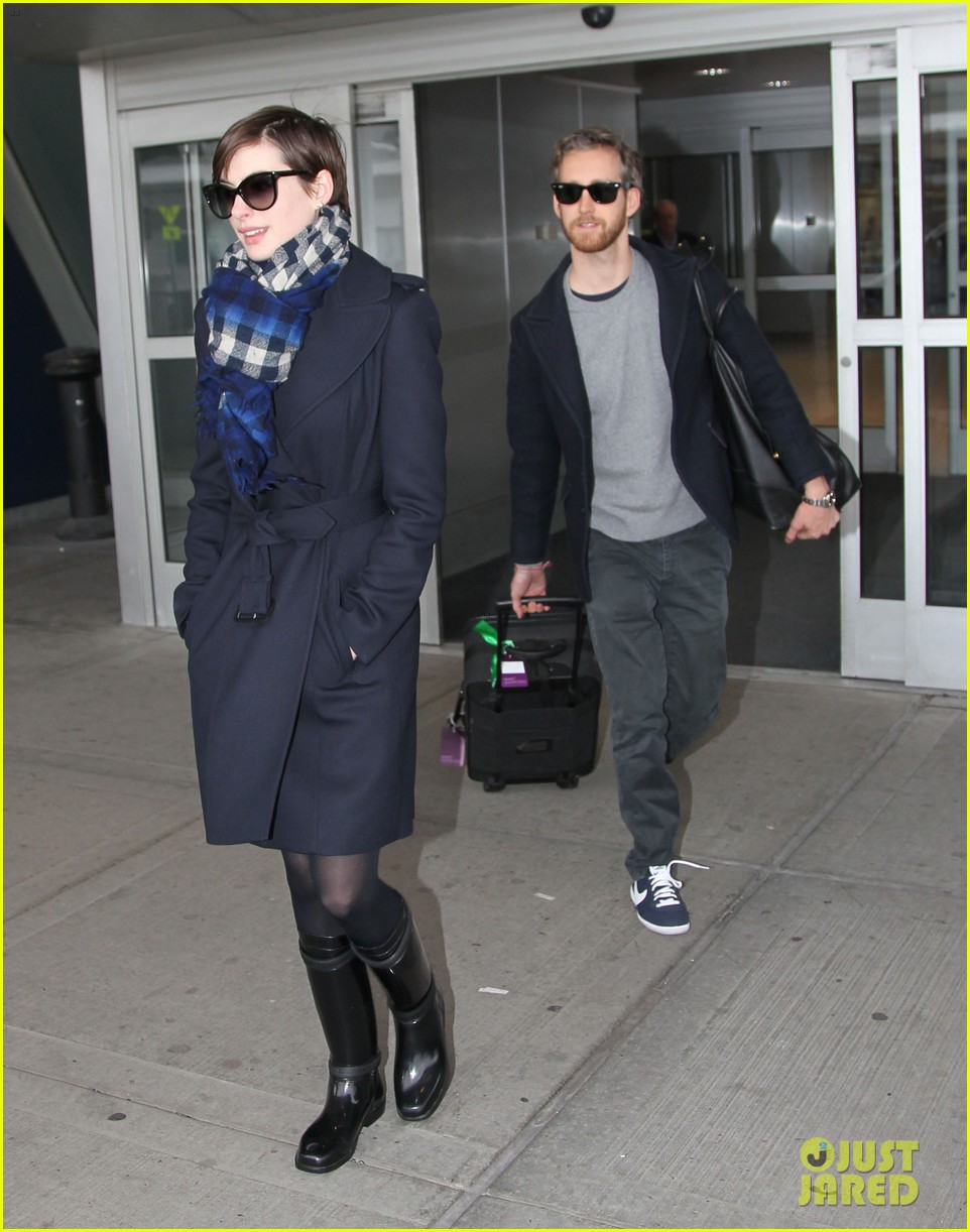 anne hathaway adam shulman back in the big apple 05