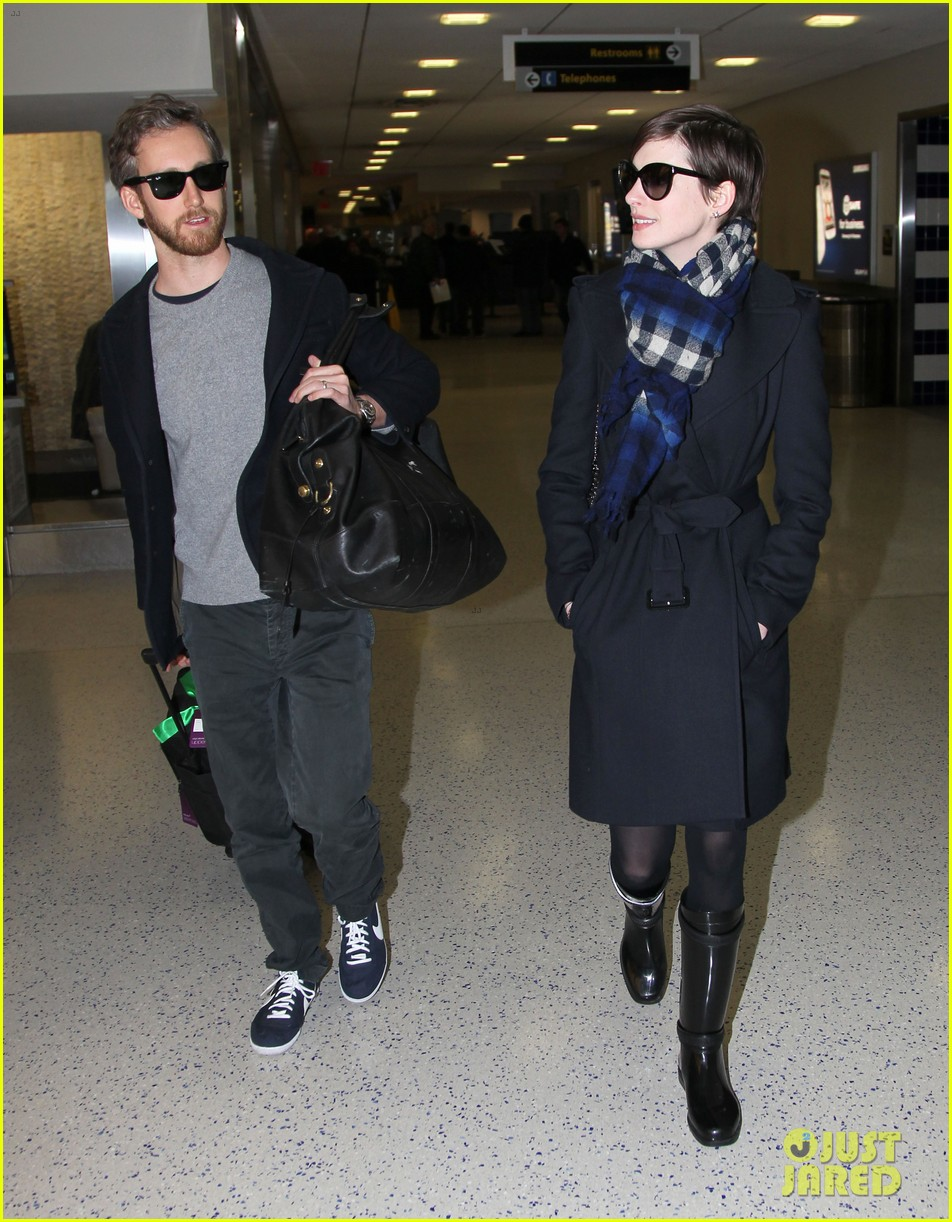 anne hathaway adam shulman back in the big apple 09