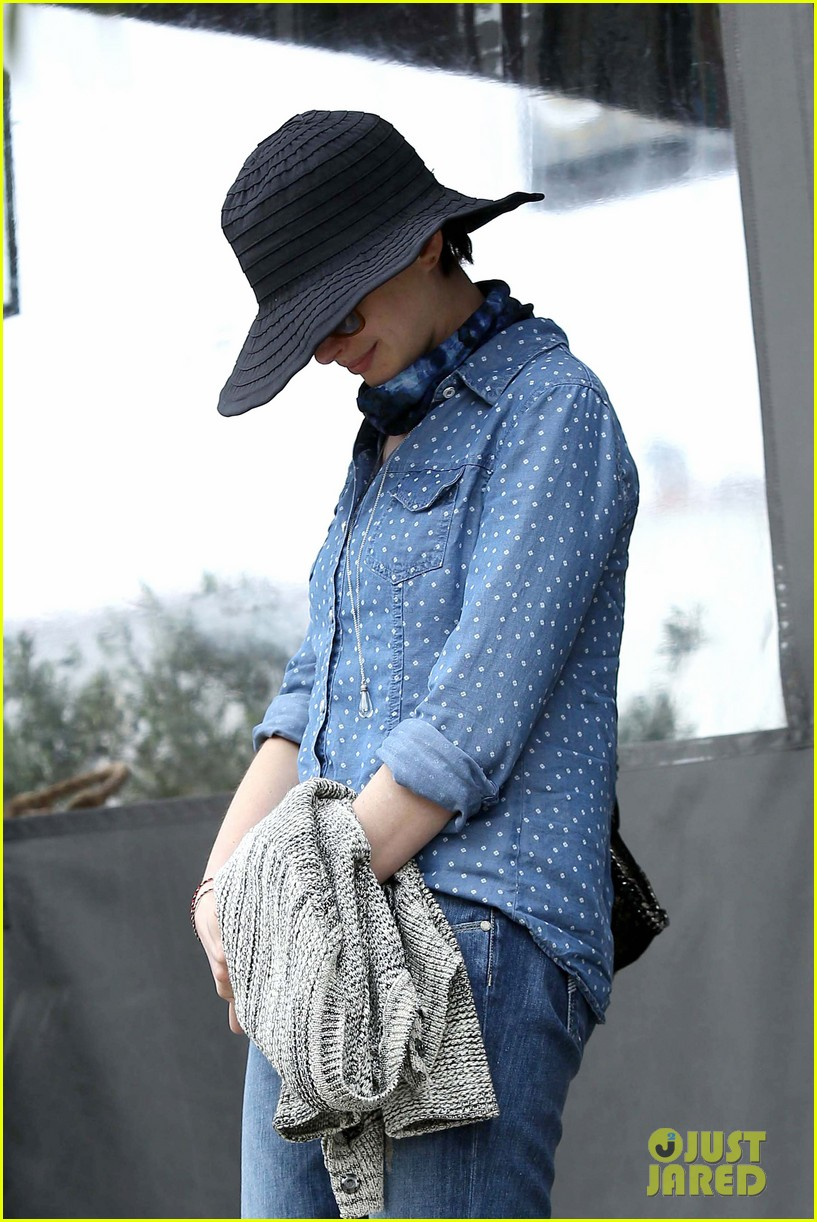 anne hathaway low key cafe gratitude lunch 01