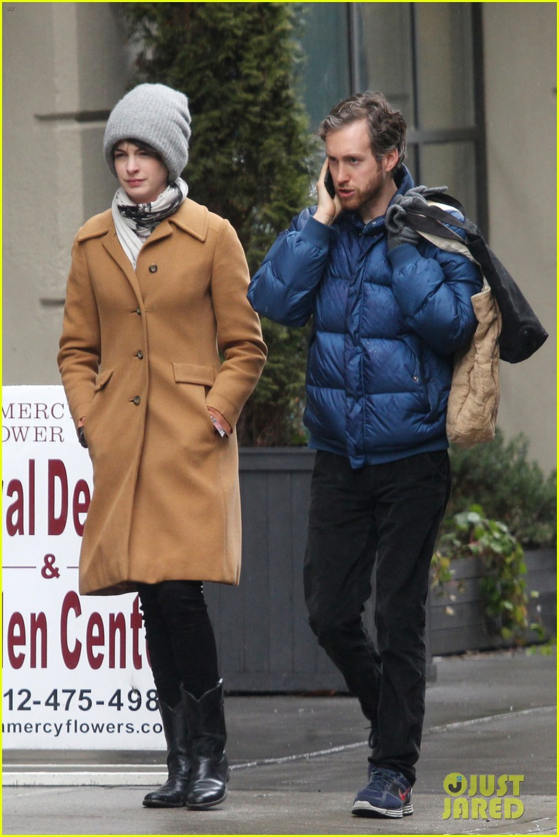anne hathaway monday morning stroll with adam shulman 01