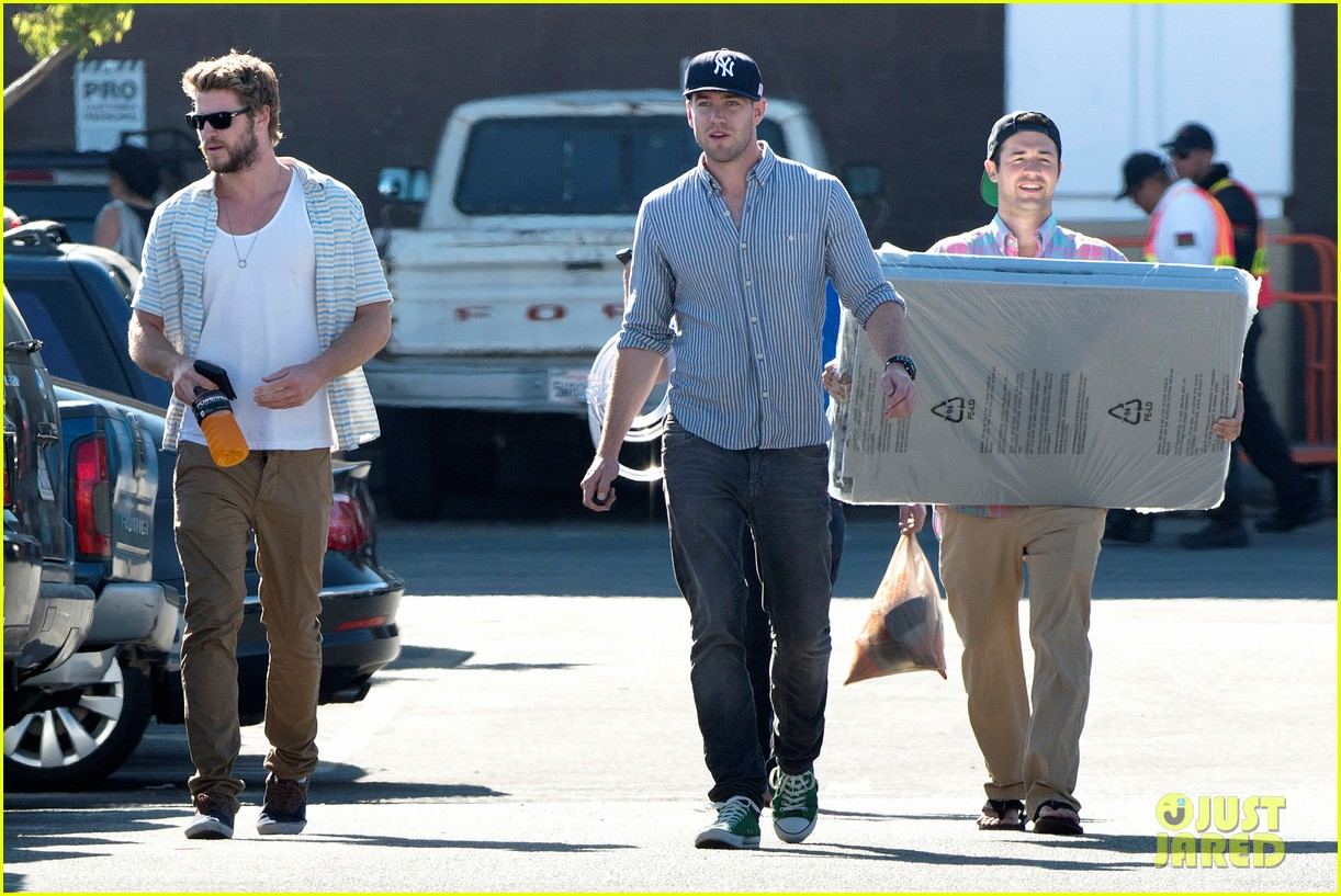 liam hemsworth shops with friends miley cyrus visits studio 08