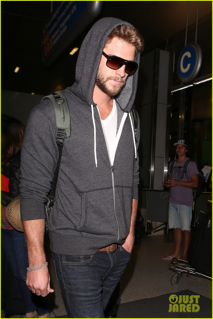 liam hemsworth lands in los angeles miley cyrus twerks 04