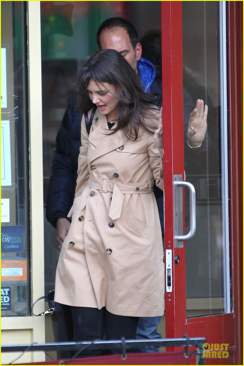 katie holmes big apple diner with male pal 02