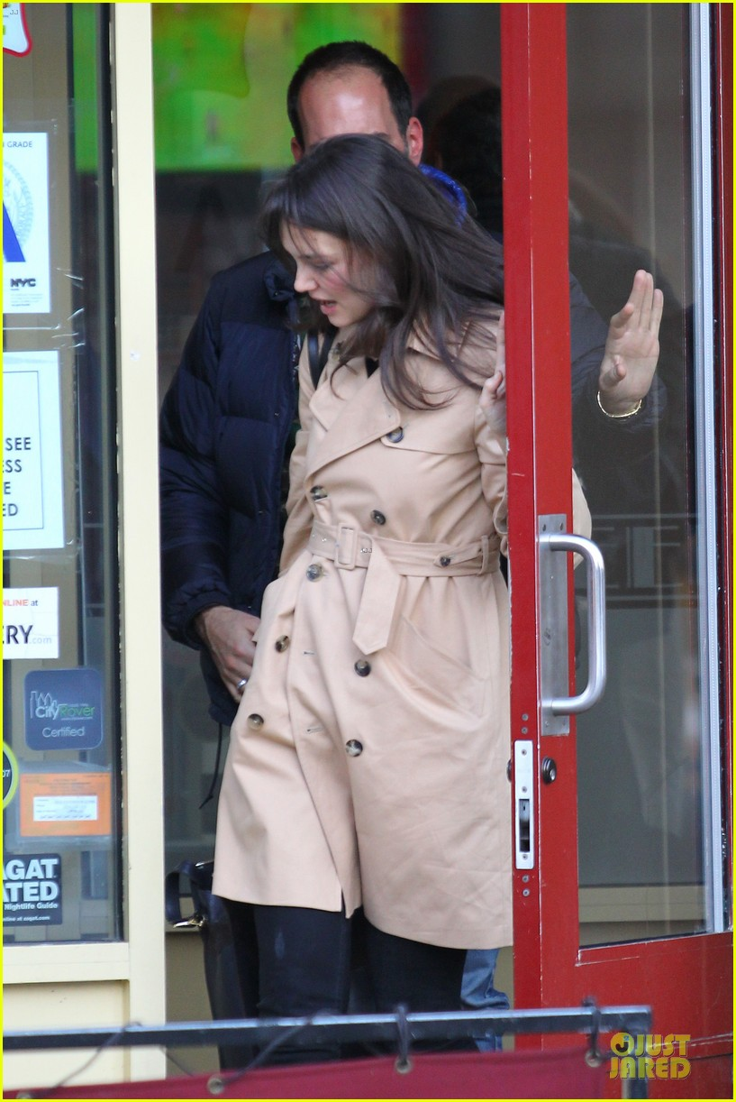 katie holmes big apple diner with male pal 09