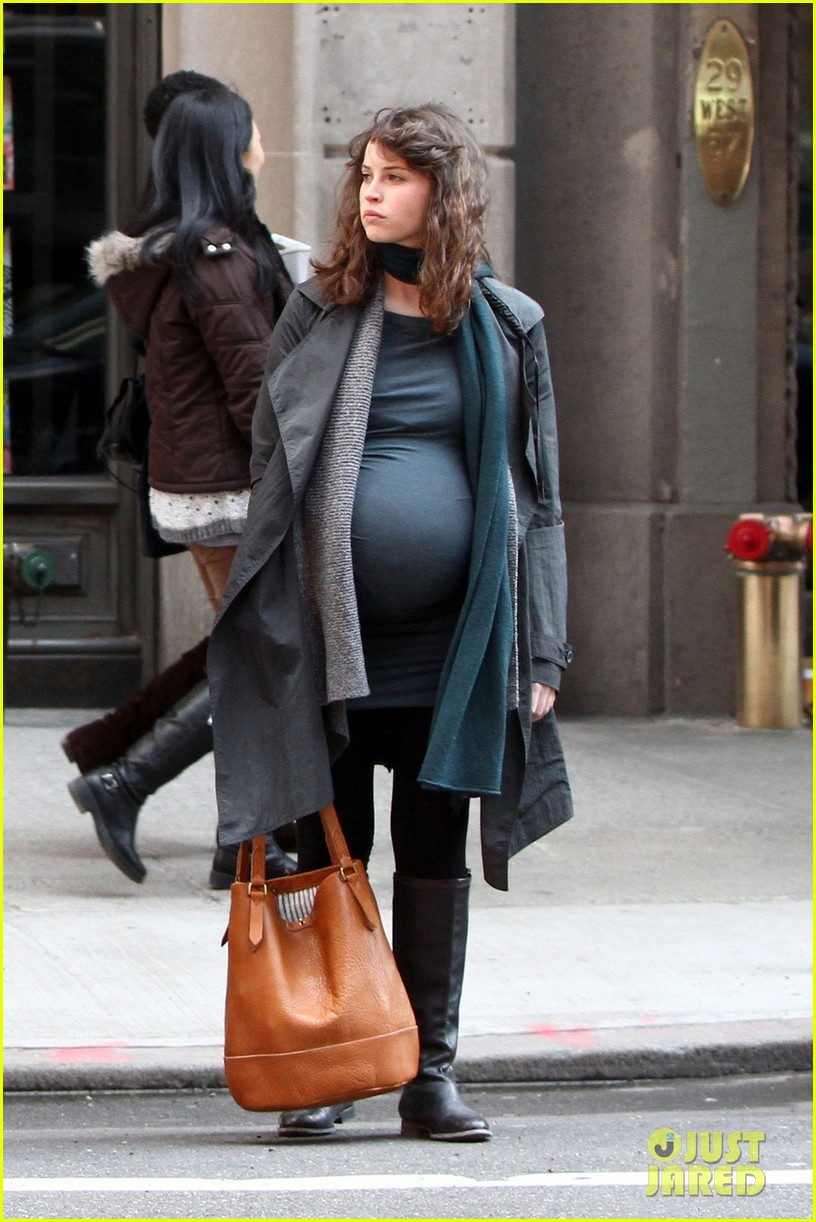 felicity jones fake baby bump for true story 052834662