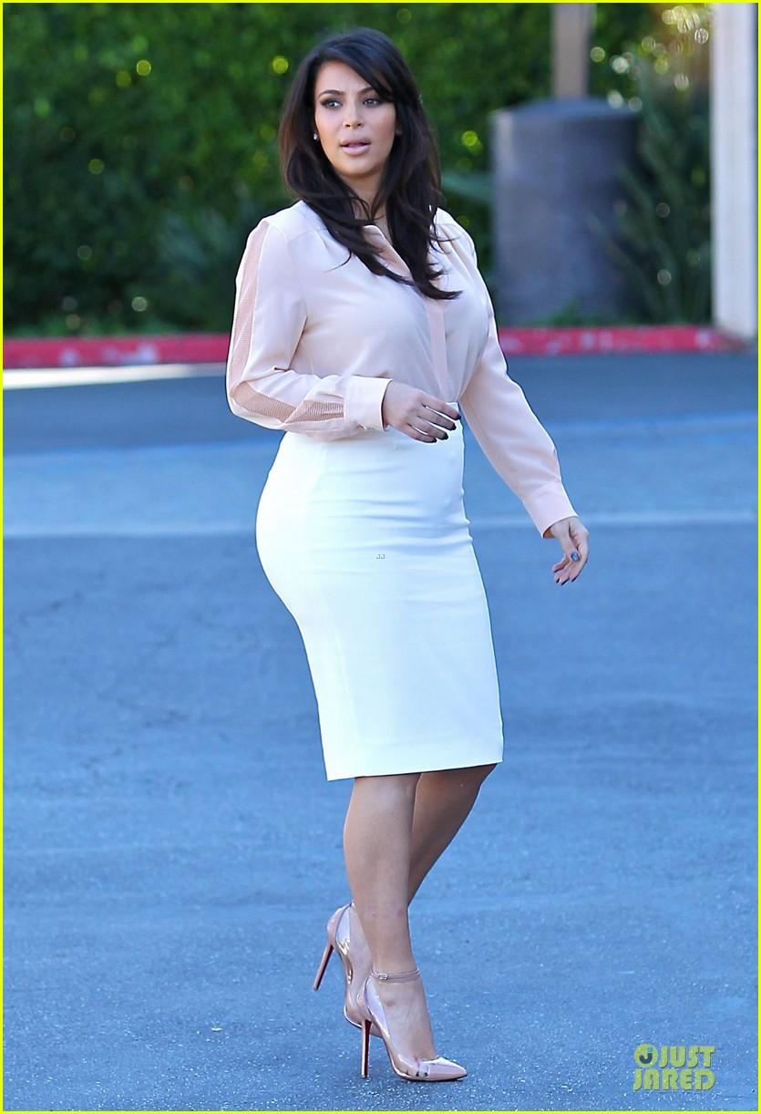 pregnant kim kardashian vampire facial 03