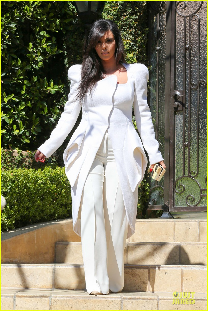 pregnant kim kardashian cant wait to show off baby bump 04
