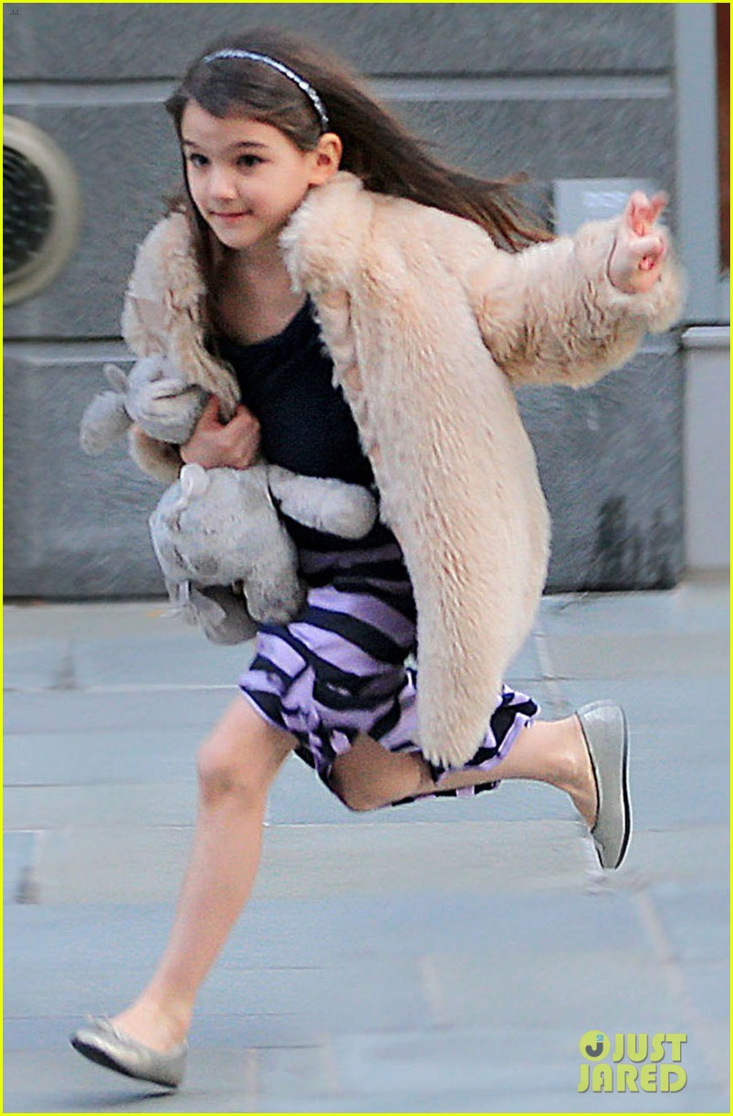 katie holmes runs after suri 04
