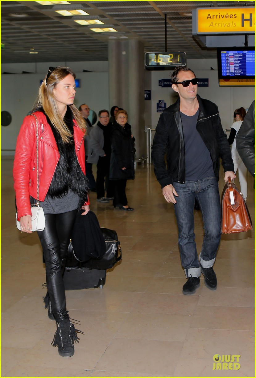 jude law au revoir to france with a mystery woman 07