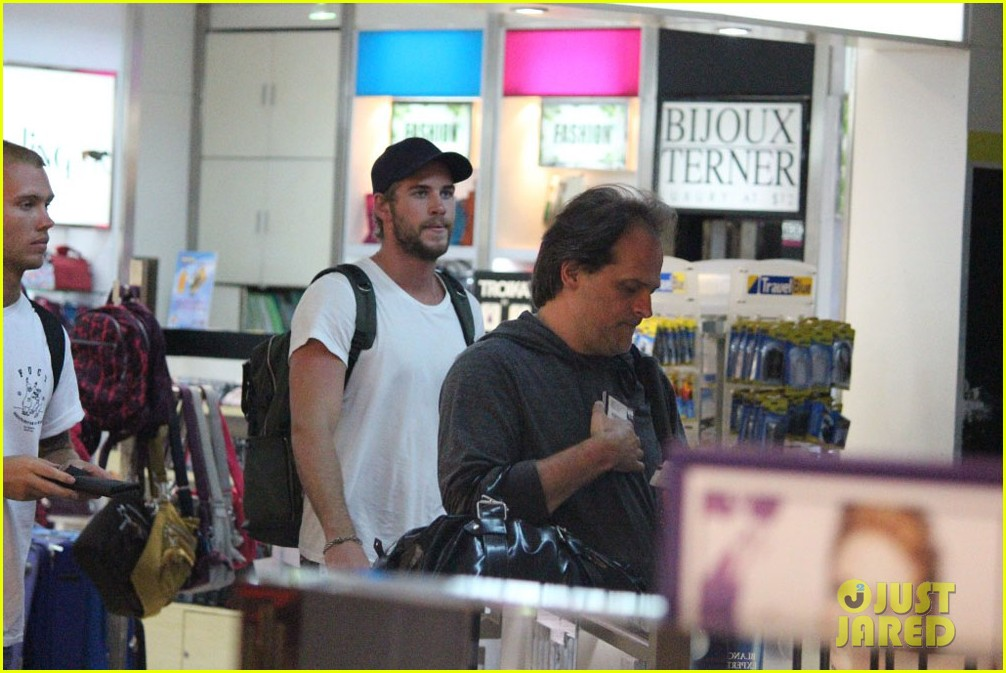 liam hemsworth leaves manila miley cyrus tweets engagement ring pic 04