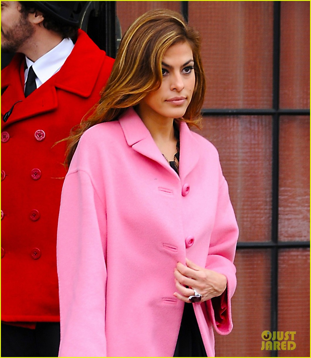 eva mendes lady in pink 01