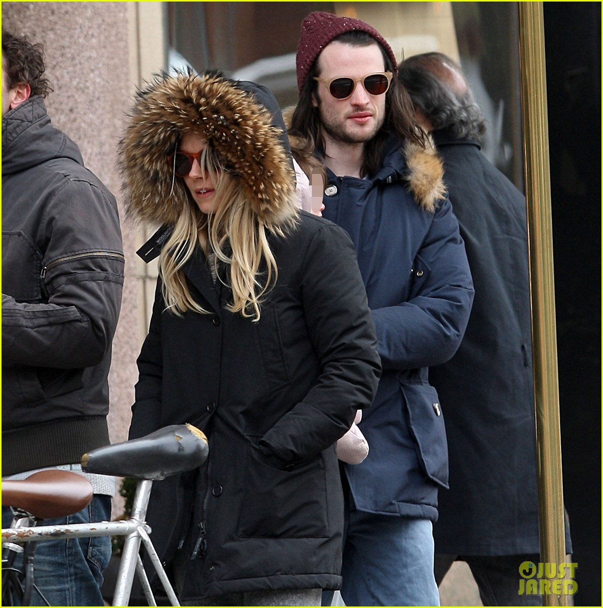 sienna miller tom sturridge sunday family day with marlow 06