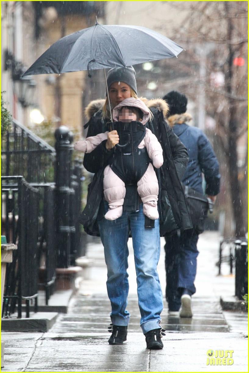 sienna miller tom sturridge snowy stroll with marlowe 02