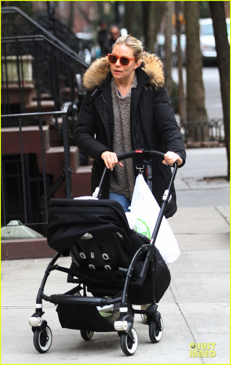 sienna miller stroller pushing with marlowe 04