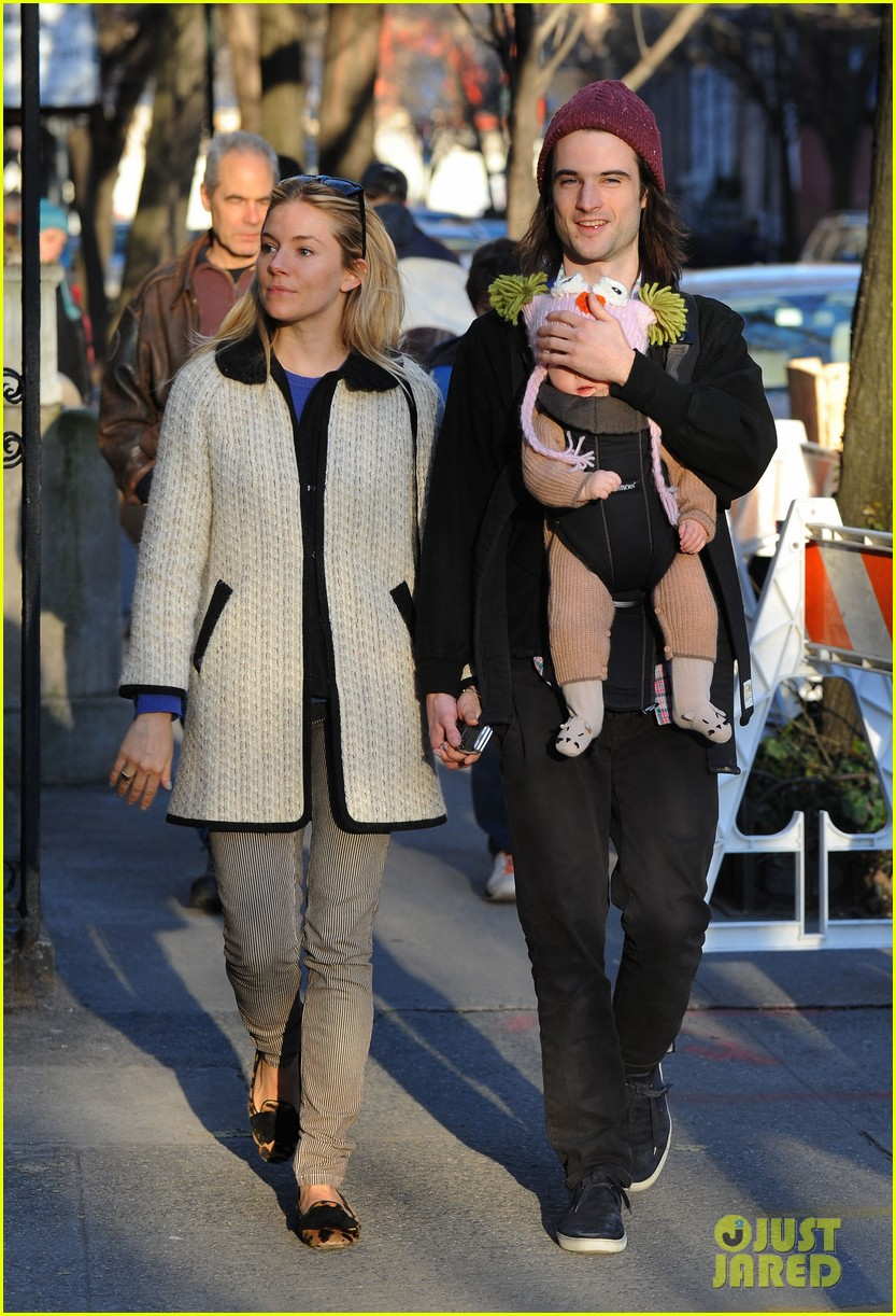 sienna miller tom sturridge west village walk with marlowe 09