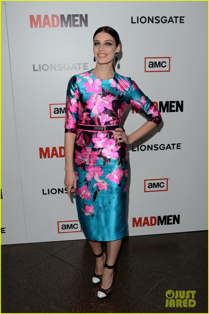 elisabeth moss christina hendricks mad men premiere 06