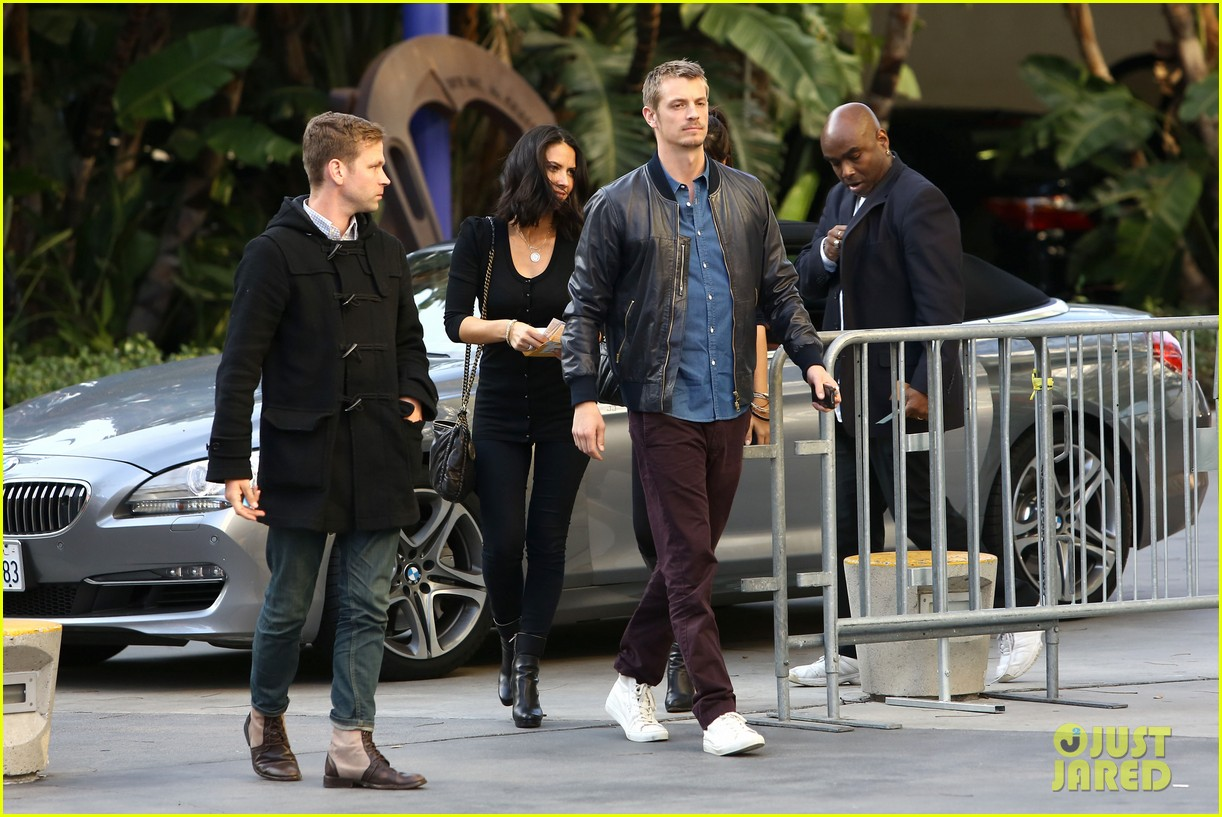 olivia munn joel kinnaman lakers lovebirds 11