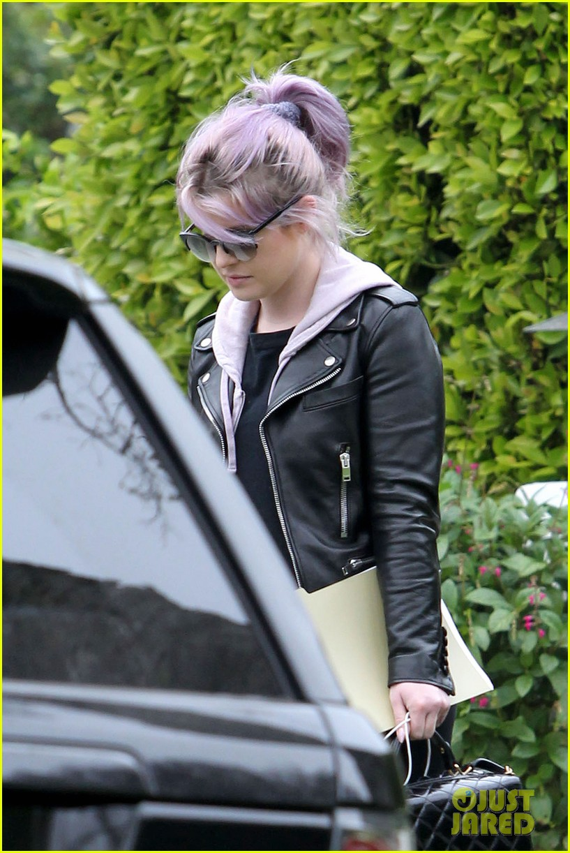 kelly osbourne steps out post seizure hospitalization 022832533