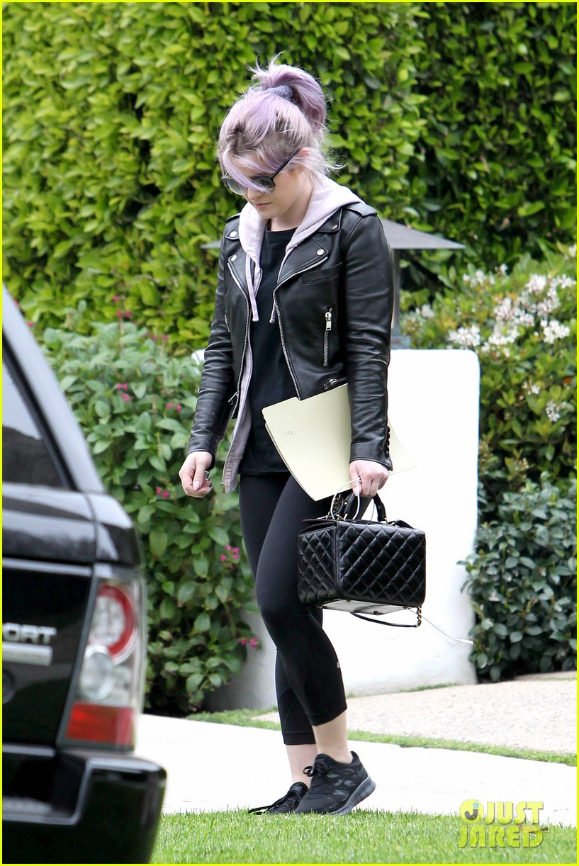 kelly osbourne steps out post seizure hospitalization 15