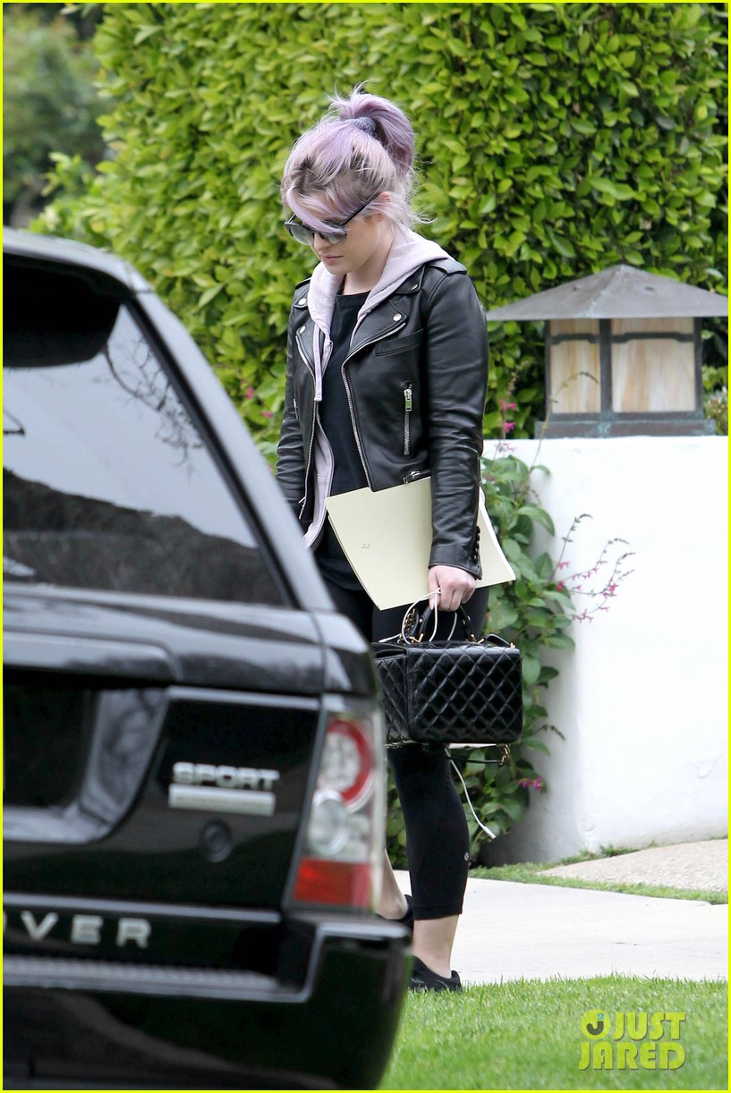 kelly osbourne steps out post seizure hospitalization 17