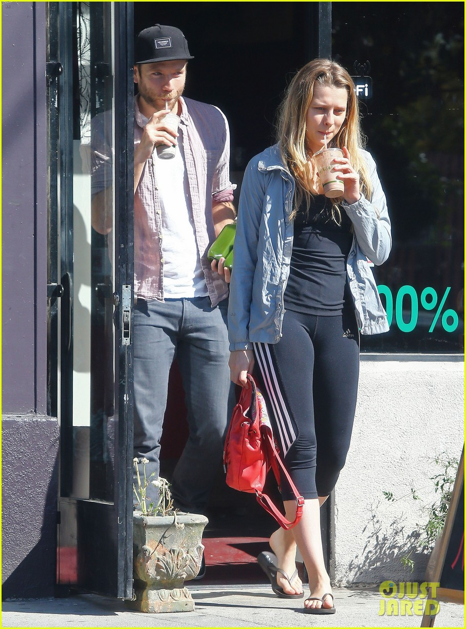 teresa palmer grabs smoothies with mark webber 01