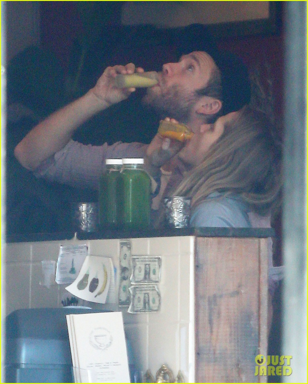 teresa palmer grabs smoothies with mark webber 02