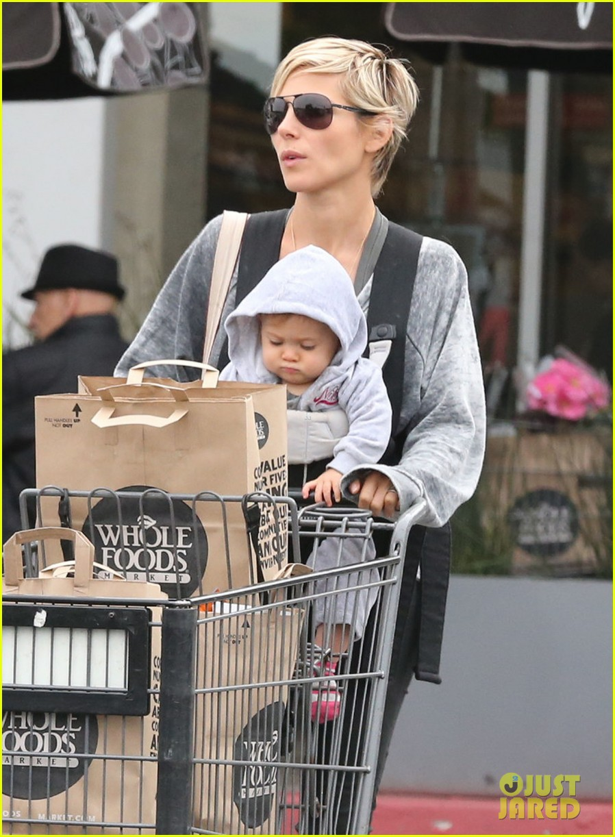 elsa pataky india mommy daughter errands 04