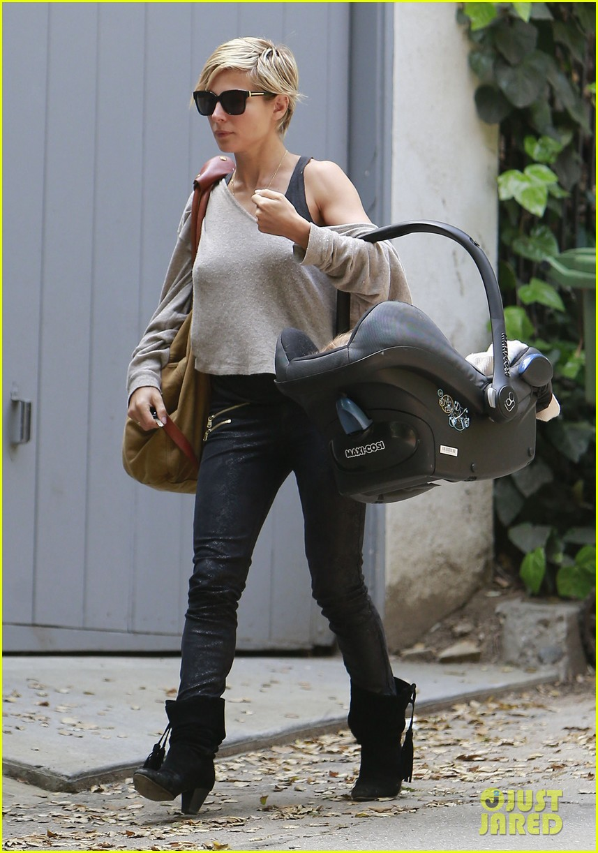 elsa pataky india mommy daughter errands 12