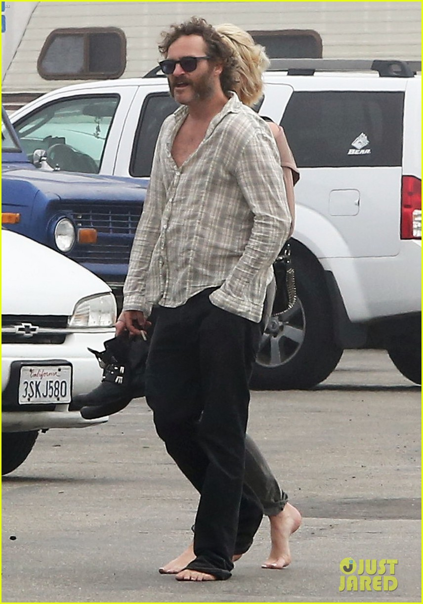 joaquin phoenix barefoot stroll in venice with heather christie 01