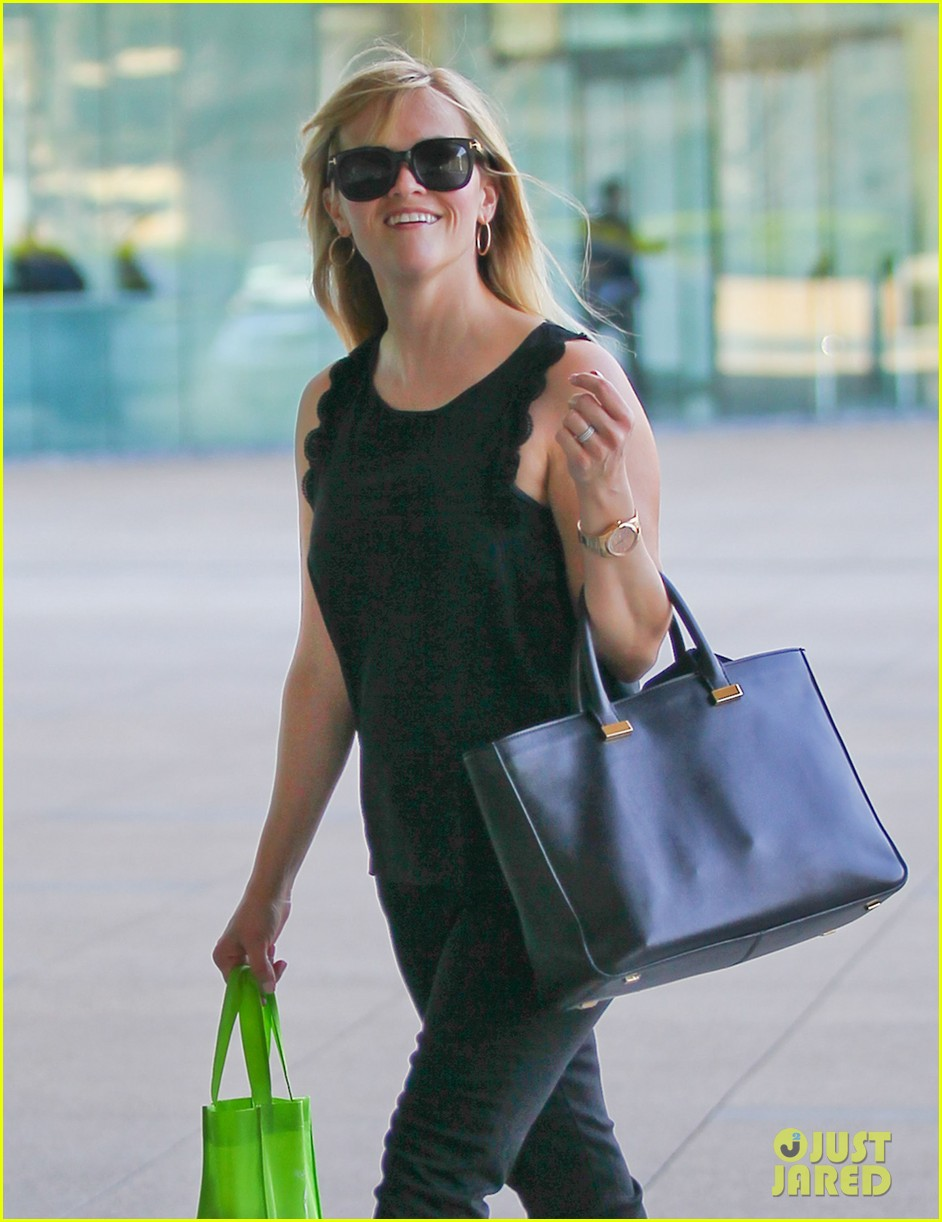 reese witherspoon smiley business meeting mom 022829519