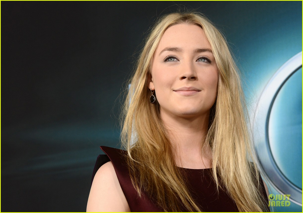 saoirse ronan max irons the host hollywood premiere 12
