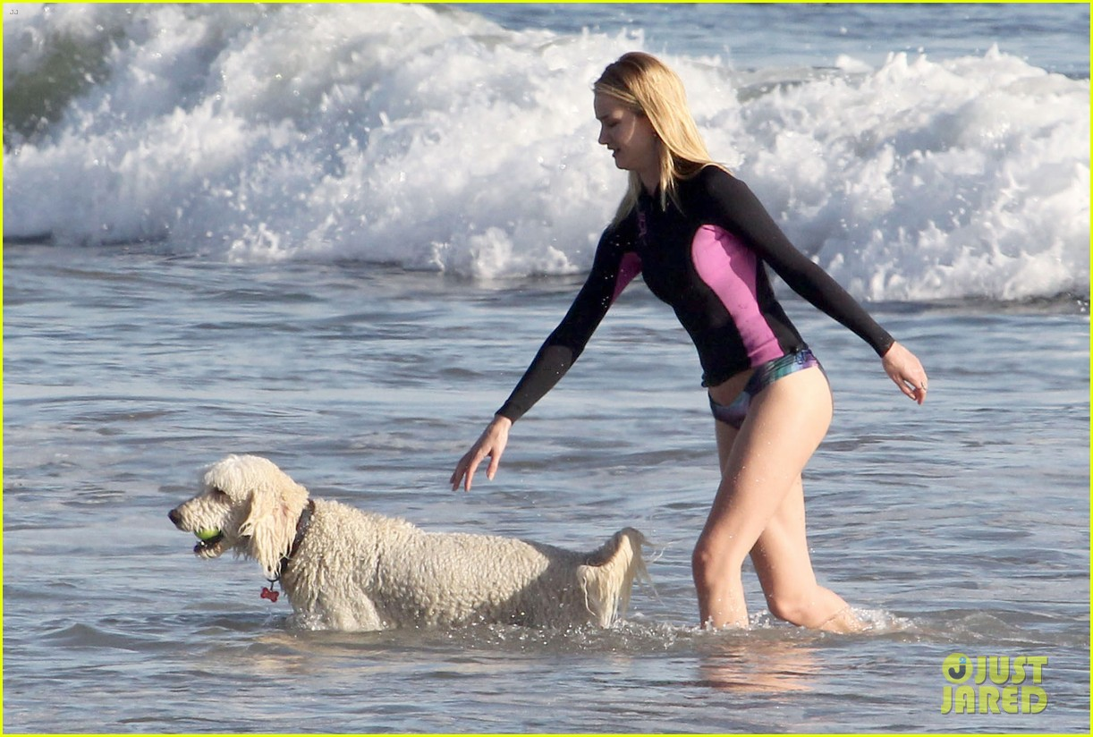 rosie huntington whiteley beach day with her pup 18