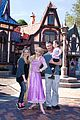 sarah michelle gellar freddie prinze jr disneyland with charlotte 01
