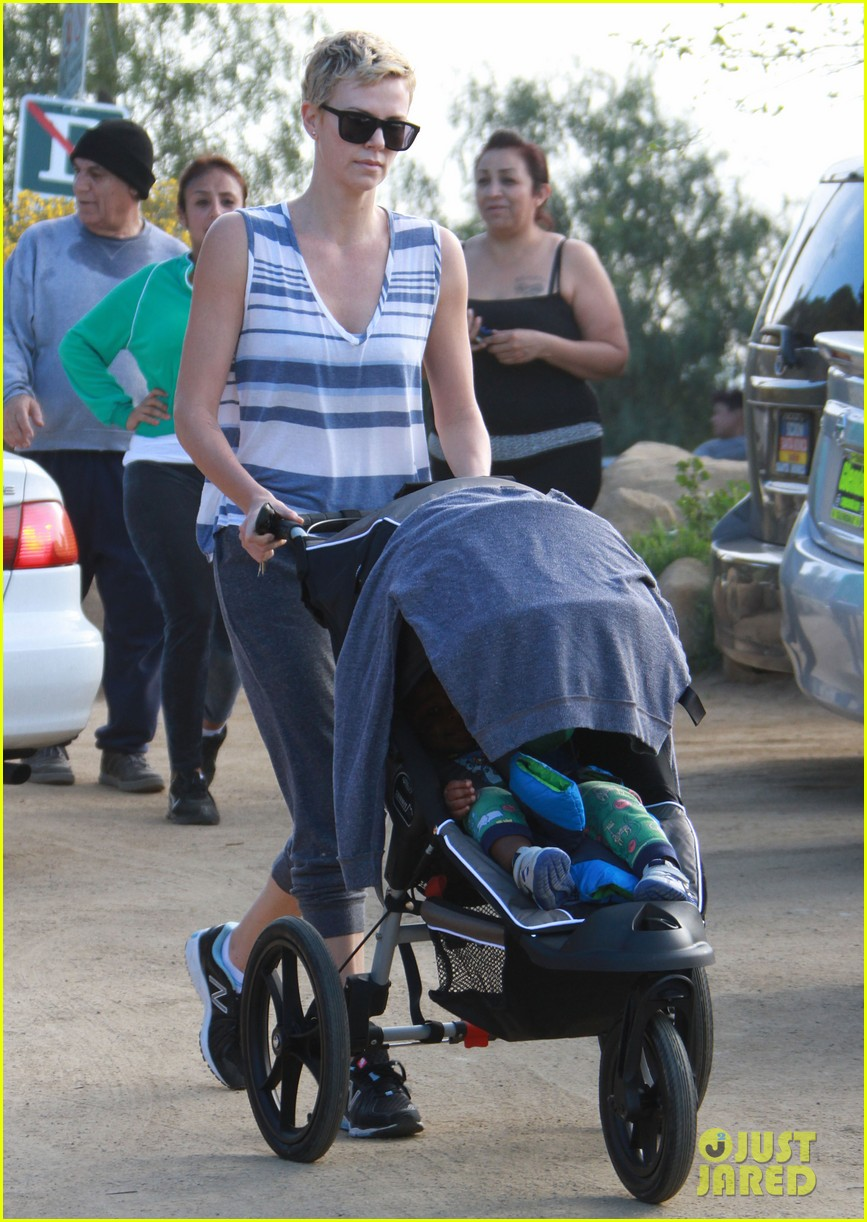 charlize theron runyon canyon hike with jackson 15